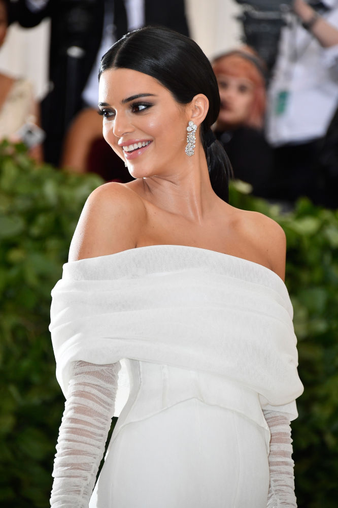 "Kendall Jenner ""Knocking"" Assistant in Met Gala 2018"